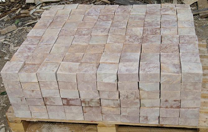 Фото розового псковского известняка с околом, обработанной с шести сторон