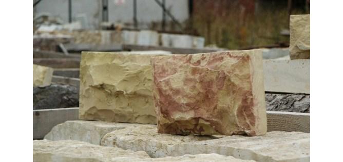 Фото плитки александровского известняка с красивой текстурой